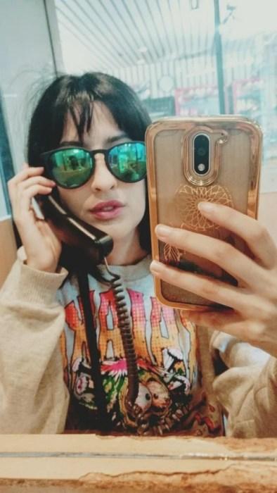 chica con celular