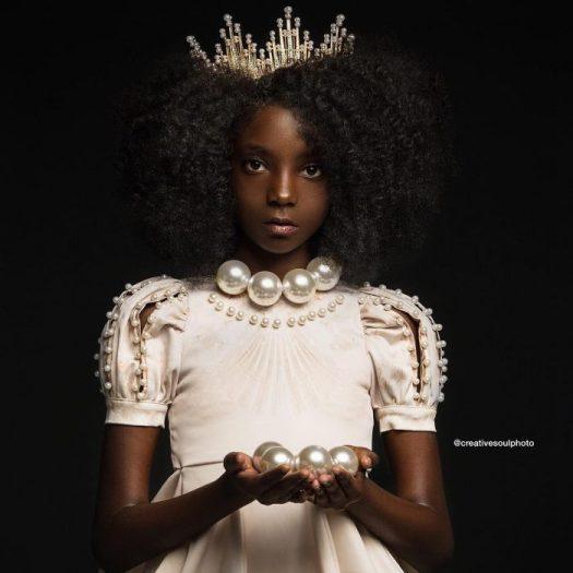 niña con corona dorada en el cabello