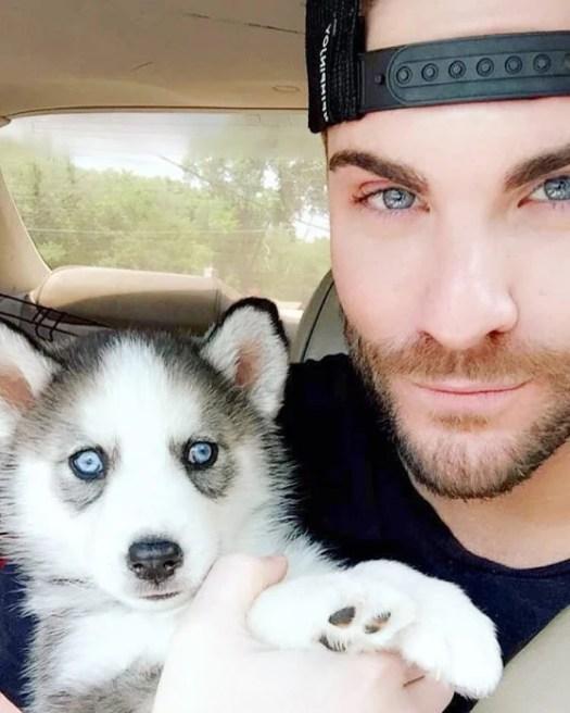 chico con ojos de color junto a su perro