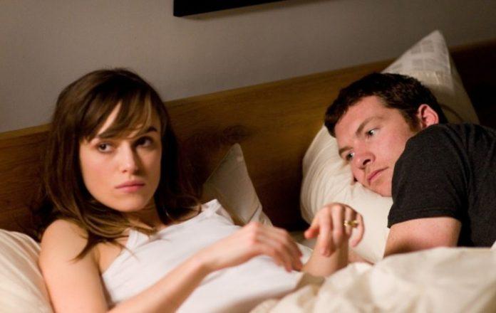 pareja en la cama discutiendo