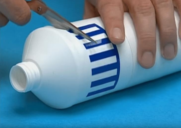 garrafa de plástico com uma tesoura