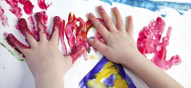 mãos de criança cheias de tinta