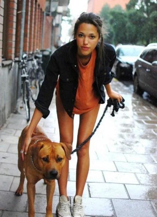 menina andando de cachorro