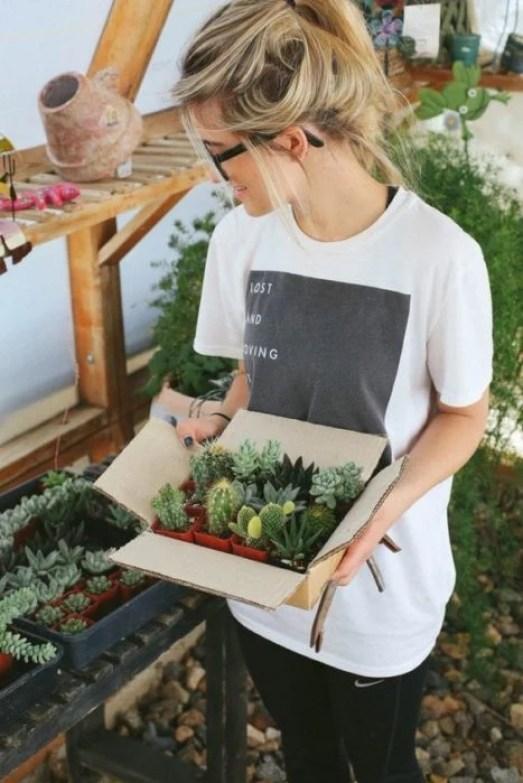 menina carregando plantas