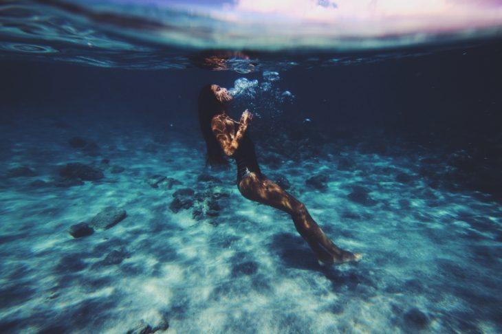 garota nadando