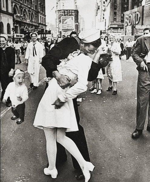 niña sorprendida al ver una pareja besándose