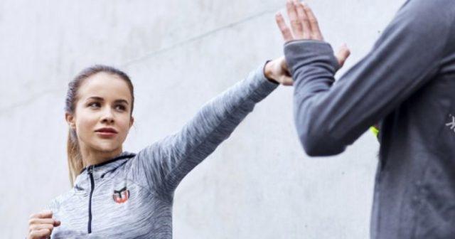 Chica golpea a su atacante con el puño como técnica de autodefensa