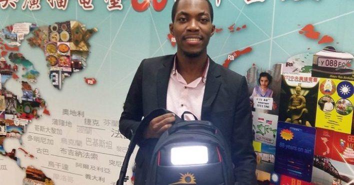 Mike Bellot cargando su mochila con electricidad solar