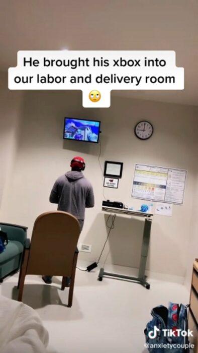 Chico jugando videojuegos mientras su esposa está a punto de dar a luz