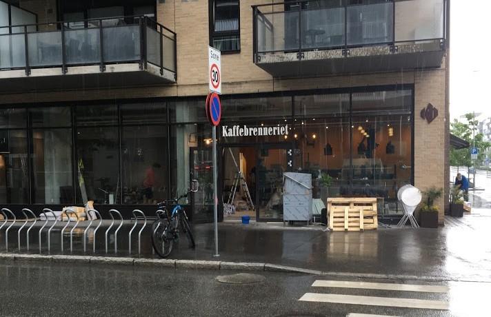 Mange har ventet i lang tid på at Kaffebrenneriet skal åpne. Nåmelder Loren.no at kaffen er klar og Kaffebrenneriet åpnersin nyeste kaffebar i Lørenveien 43 fredag 2. juni. På fredag […]