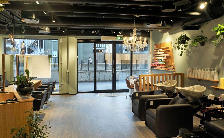 Endelig fylles lokalene i Peter Møllers vei ved t-banen seg opp. Tirsdag 06.11 åpner Løren Salon rett ved Løren T-bane. Adressen er Peter Møllers vei 2. Denne uka kjører de […]