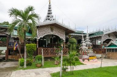 Temple birman autour du lac