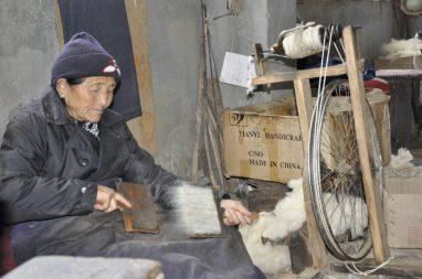 Vieil artisan dans le centre
