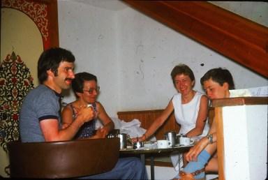 Mon oncle, sa femme, ma mère...et moi