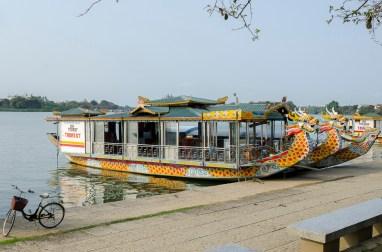 Bateau (pour touristes) sur la rivière