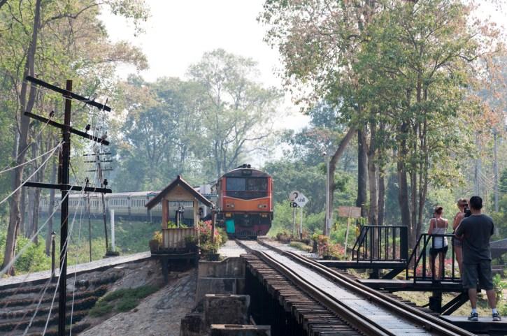 Le train de Nam Tok arrive sur le pont