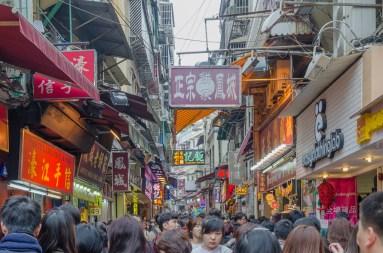 Rue pleine de touristes chinois