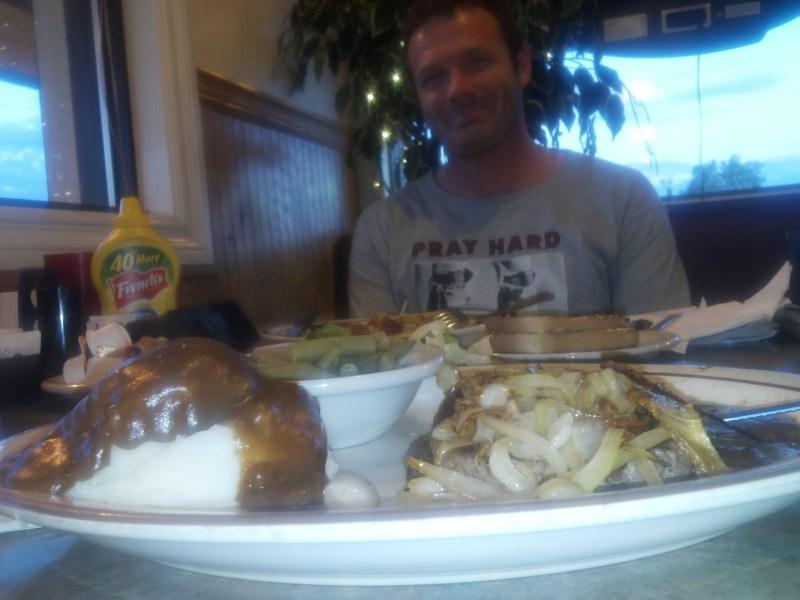 Lukas i ferd med å bunkre kalorier på en hamburgerbar i Fairbanks