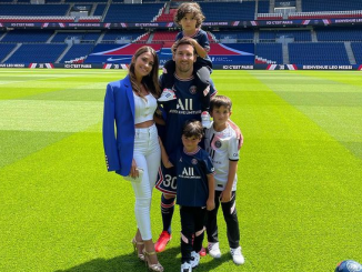 Beautiful family photo of Lionel Messi, his wife and their children at his PSG unveiling