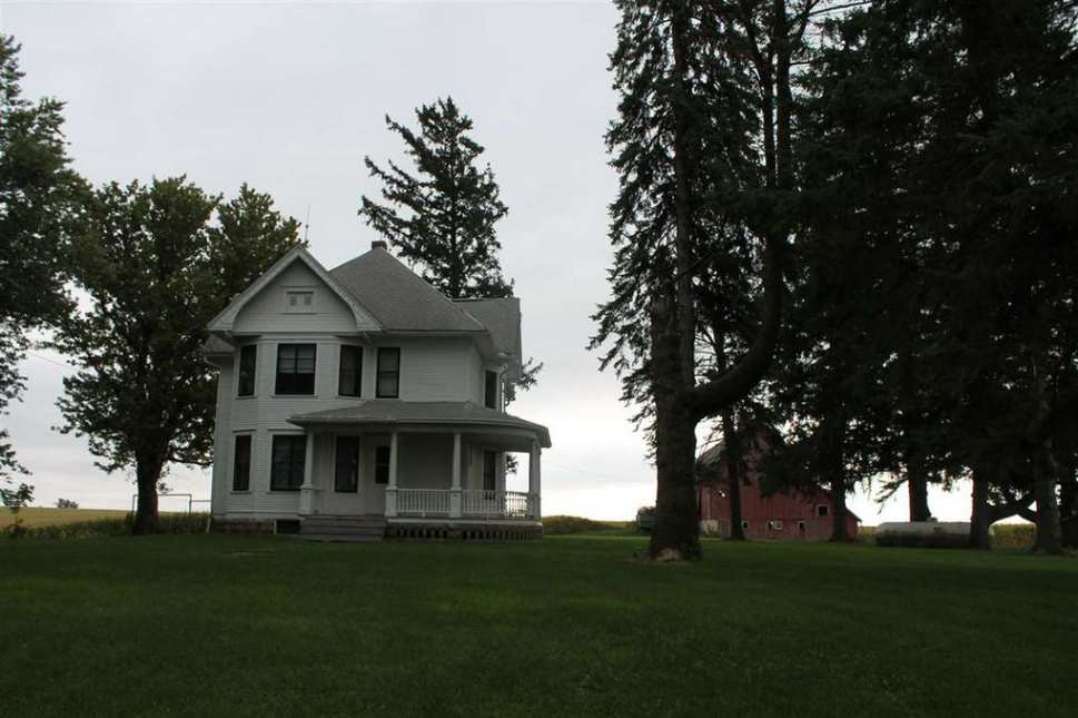 1912 Queen Anne Farmhouse In Ossian Iowa