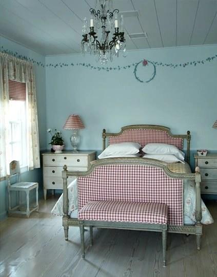four poster bed, white dresser