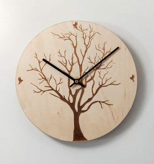 Puinen kello puunrunko