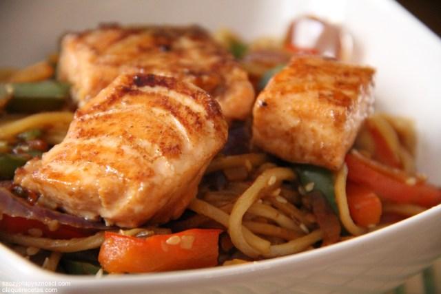 fideos chinos con salsa teriyaki y salmón