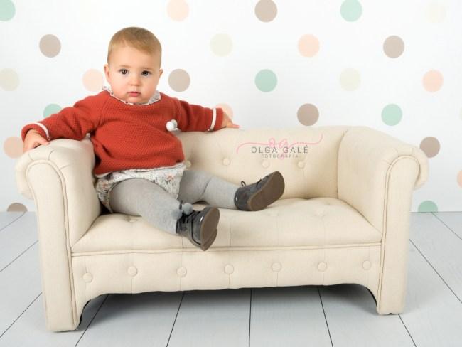 Niño sentado en un sofa en su sesión de fotografía profesional Smash Cake