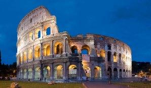 Rom: Blick auf das beleuchtete Kolosseum in der Dämmerung
