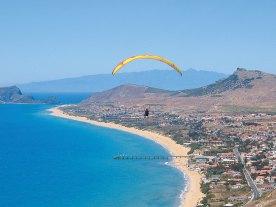 Paragliding über dem Strand von Porto Santo