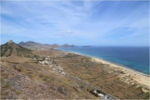 Blick über die Hügel Porto Santos auf das Meer