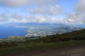 Blick von Kraterrand auf die Insel São Miguel