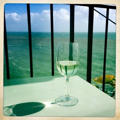 Terrasse mit Weinglas Restaurant Riso Funchal Madeira