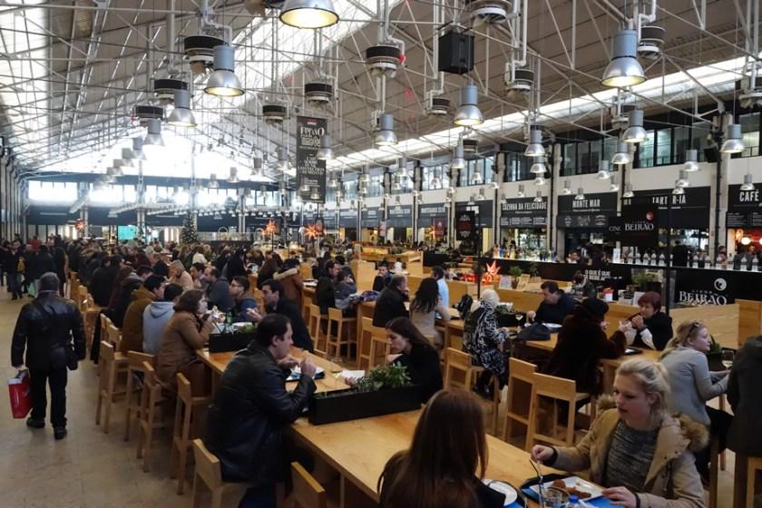 Tolles Nebeneinander von Tradition und Moderne: die Markthalle Time Out Mercado da Ribeira