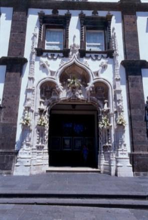 Eingang der Kirche im barocken Stil