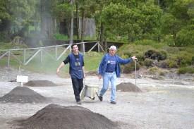 Cozido Furnas Männer holen Kochtopf aus Erde