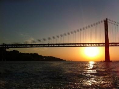 Dämmerung hinter der Tejo-Brücke in Lissabon