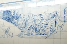 Gemälde auf den Fliesen der Lissabonner U-Bahn