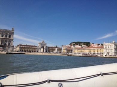 der Praça do Comércio während einer Bootstour in Lissabon