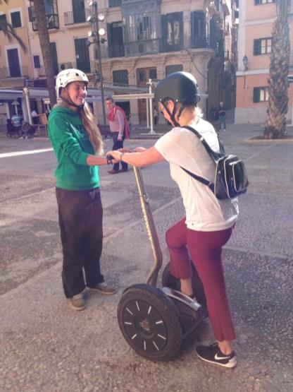 Segway-Coach hilft beim Aufsteigen in Palma