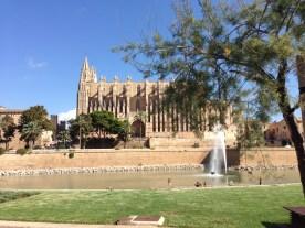 Kathedrale von Palma de Mallorca mit Brunnen