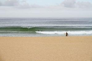 Surfer Strand und Wellen an Portugals Westküste