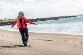 Frau am Strand Azoren Sao Miguel