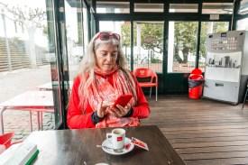 Frau in Café mit Espresso Azoren