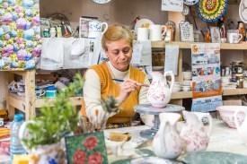 Frau bemalt Keramikvase Azoren
