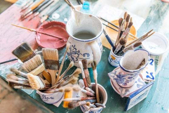 Krüge mit Pinseln und Farbe Keramikfabrik Azoren