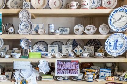 Regal mit Keramik Artikeln Azoren