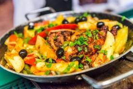 Buntes Gemüse und Fleisch in Pfanne Azoren