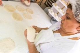 Bäckerin formt Bolo Levedo auf Azoren Sao Miguel