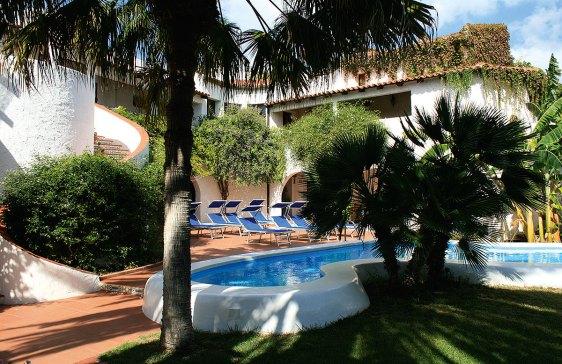Pool Palmen und Garten der Villa Mediterranea